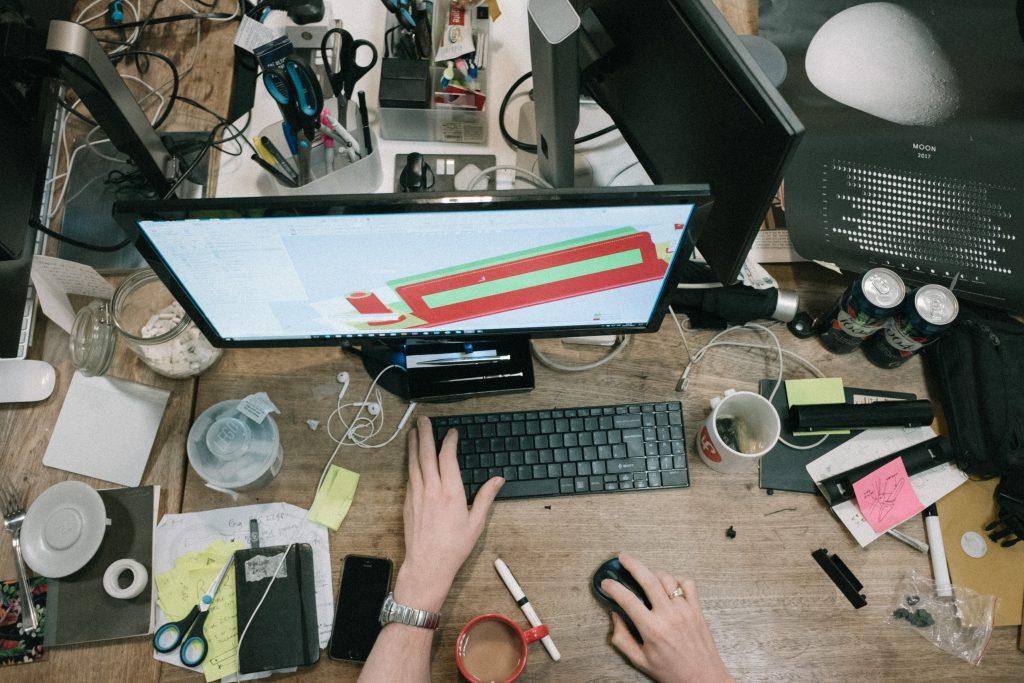 Een rommelig bureau